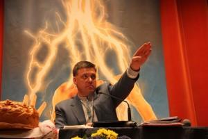 Gentil démocrate européen montrant la voie vers la lumière