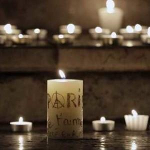 ©PHOTOPQR/LE PROGRES/JEGAT MAXIME - Lyon, le 14 novembre 2015 - Rassemblement et recueillement a Lyon apres les attentats de Paris. Rassemblement spontane place des Terreaux. Les badauds deposent aussi des bougies sur les marches de l hotel de ville. (MaxPPP TagID: maxnewsworldthree878192.jpg) [Photo via MaxPPP]