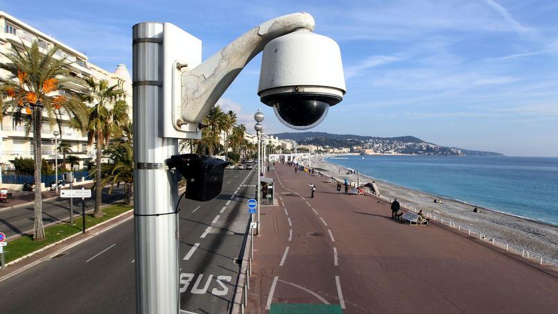 Une-camera-de-surveillance-sur-le-front-de-mer-a-Nice