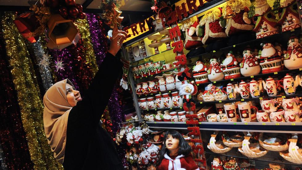 Une vitrine à l'honneur des décorations de Noël dans le centre de Téhéran © Global Look Press
