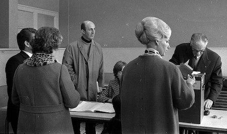 André Turcat dans un bureau de vote en 1971