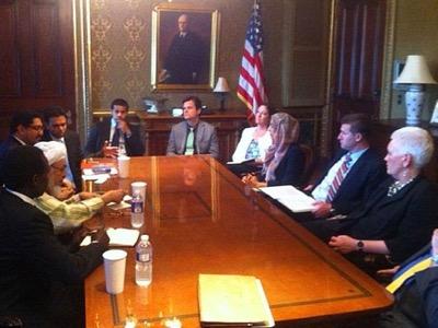 Réunion au Conseil national de sécurité US, le 13 juin 2013 à la Maison-Blanche. L'ambassadeur de la Confrérie secrète des Frères musulmans, Youssef al-Qaradâwî, n'ayant pas pu se rendre à Washington car interdit d'accès au territoire US, il s'est fait représenter par son adjoint, le cheik Abdallah Bin Bayyah (second à gauche avec le turban).